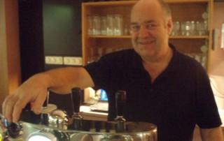 Joop Stevens staat achter de tap in Cafe Casa